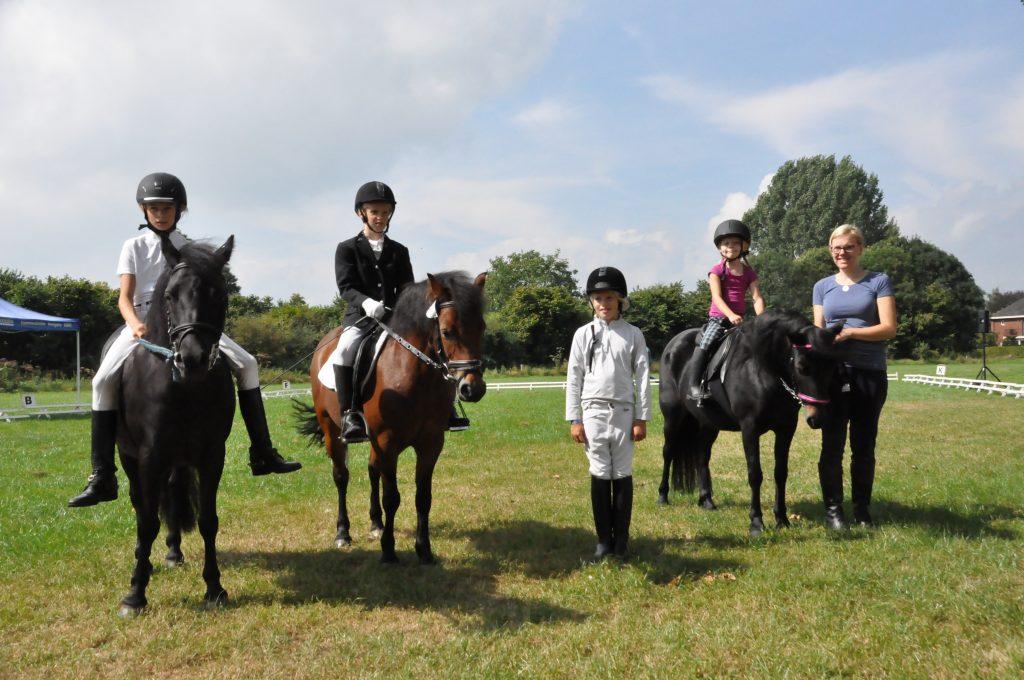 Fleur van Stipthout, Ulrieke Kocken en Marieke Luymes met hun Dartmoor pony's